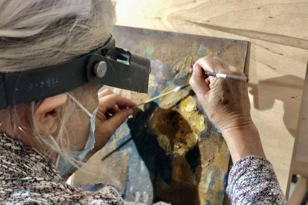 Avant d'être exposées, les peintures subissent un léger nettoyage.