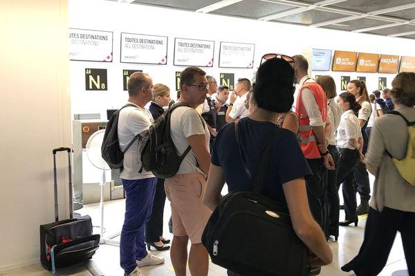 12/08/2018 - Des passagers bloqués à l'aéroport de Nantes après l'annulation de leur vol Volotea à destination de Bastia.