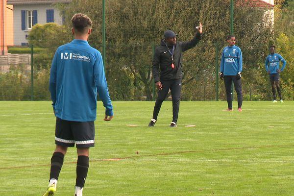 Omar Daf, à l'entraînement avec ses joueurs en octobre 2021.