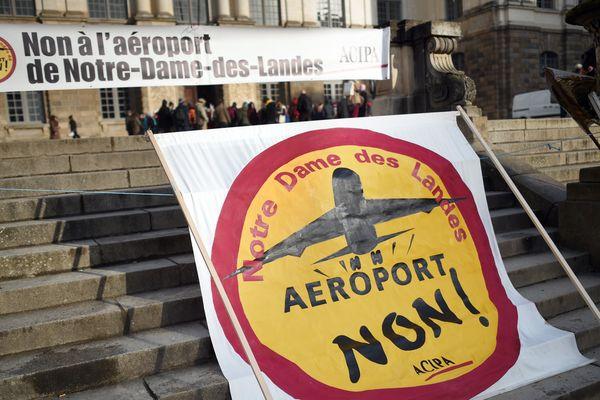 Banderoles contre l'aéroport Notre-Dame-des-Landes déployées lors d'une manifestation à Rennes en 2015