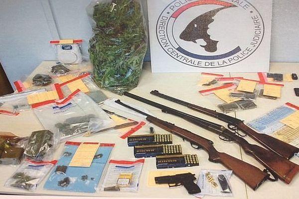 Les douaniers ont arrêté les trois hommes qui sont accusés de trafic de stupéfiants.