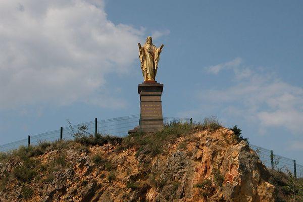 La statue du Sacré-Coeur de Wolxheim se trouve au sommet d'une colline qui a servi de carrière de calcaire.