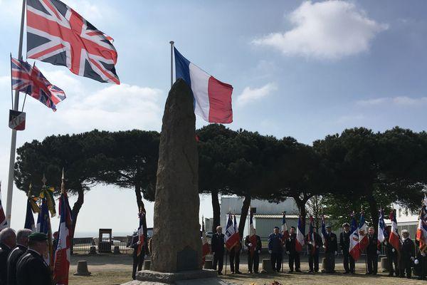 Les drapeaux britannique et français flottent ensemble au vent de l'estuaire, tout près de la stèle de l'opération Chariot, aux Vieux Môle de Saint-Nazaire