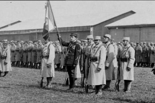 Le 13 mai 1916, à Dijon, l'aviateur Georges Guynemer est choisi comme porte-drapeau lors de la première cérémonie de présentation au drapeau, fondatrice de l'aviation militaire française.