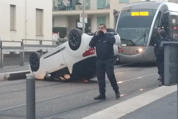 L'accident s'est produit vers 8 heures ce matin, à l'heure de pointe pour les usagers et les automobilistes.