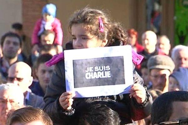 Une petite fille s'associe au mouvement de solidarité samedi 10 janvier à Brioude (43).