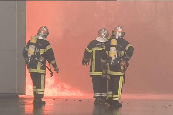 Le hangar est en feu depuis 3 heures cette nuit. Des pompiers sont encore sur place pour endiguer le sinistre (Photo d'archives)