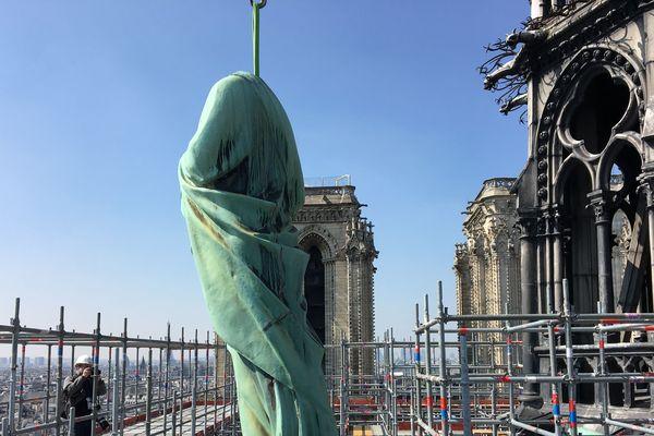 Les statues bientôt rénovées sont situées à 50 mètres de hauteur, autour de la flèche de Notre-Dame.
