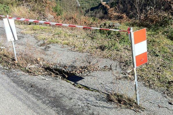 Route d'Ampriani, sur la RD 116, des panneaux signalent l'effondrement de la chaussée