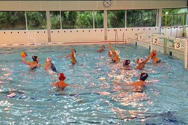 L'équipe de France U19 féminine de water polo en préparation à Laval