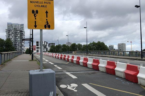 Au mois de mai, la ville de Nantes avait préparé le déconfinement en aménageant plus de pistes cyclables, comme ici sur le pont Willy Brandt