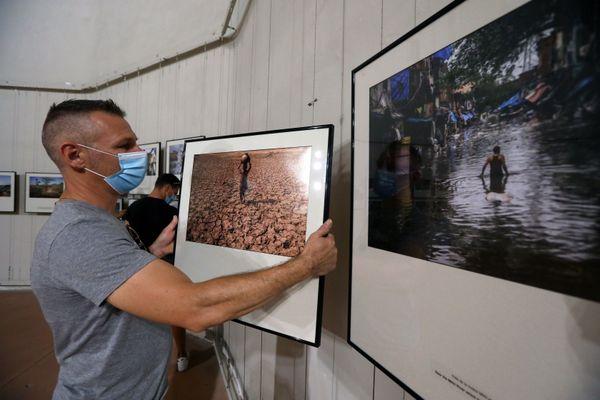 """Bryan Benton et ses photos très """"contrastées"""" de l'Inde entre sécheresse et inondations"""