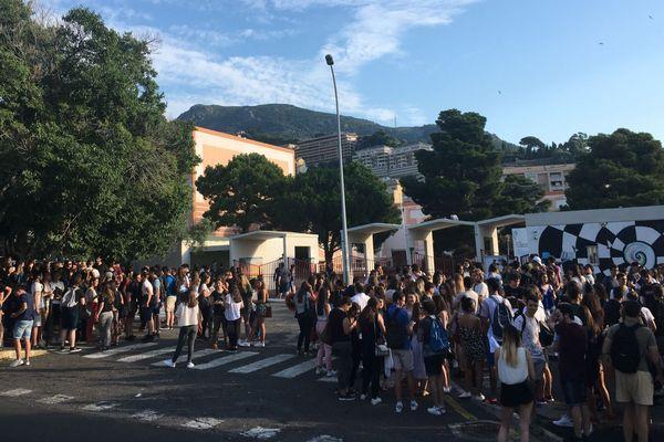 18/06/2018 - Lycéens avant l'épreuve de philo devant un établissementà Bastia (Haute-Corse)
