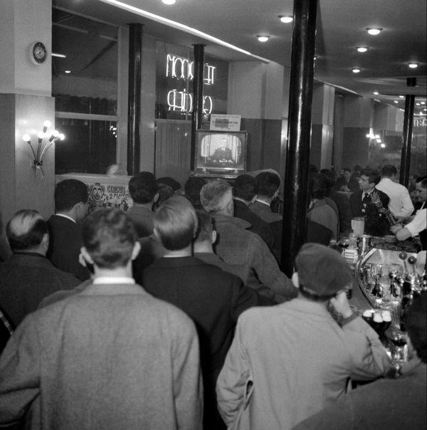 Des Parisiens regardent dans un café, peu après 20 heures, le 29 janvier 1960, l'allocution du président de la République Charles de Gaulle, diffusée par la radio et la télévision.