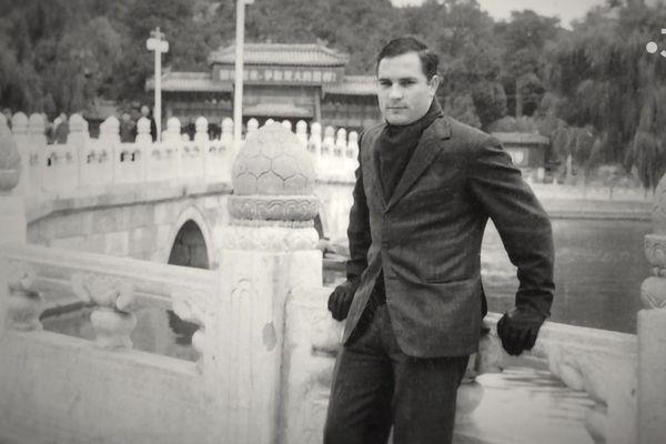 Bernard Boursicot comptable français à la solde de la Chine, ici au Palais d'Eté à Pékin.