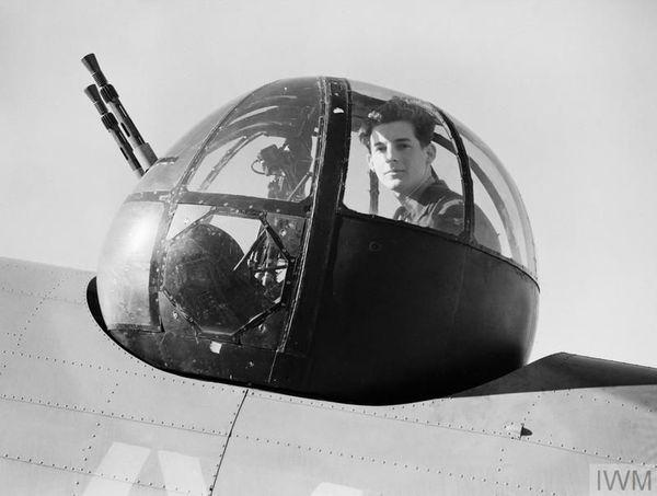 """L'aviateur (aircraftman) Walter """"Spike"""" Caulfield (Escadron 206 de la RAF) recevra lui aussi la Distinguished Flying Medal pour avoir abattu, près de Dunkerque, des Messerschmitt Me109 depuis la tourelle de son Lockheed Hudson, le 31 mai 1940."""
