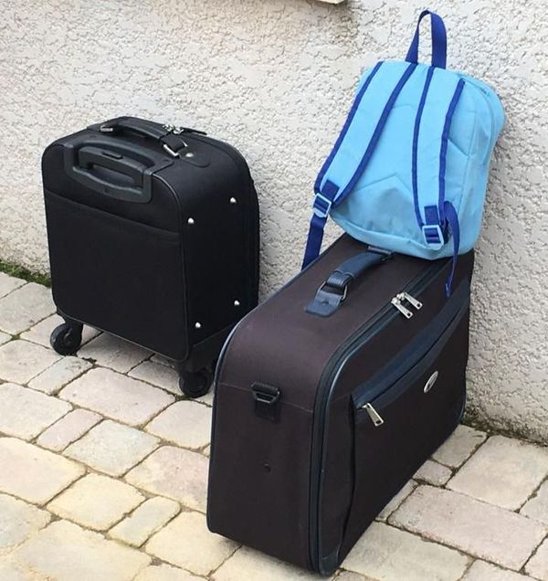 Les bagages de l'enfant récupéré à Salles d'Aude par son père de nationalité japonaise.