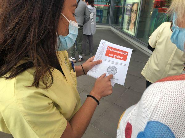Devant les portes de supermarchés de la région ajaccienne, des infirmières en réanimation proposent aux passants de signer leur pétition.
