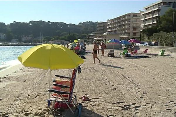 Les touristes ont de la place en septembre sur les plages d'Antibes contrairement aux mois d'été.