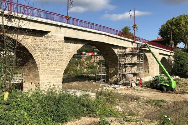 En cette fin septembre, la rivière Le Loquet est presque à sec à Saint Hilaire. Difficile d'imaginer qu'il y a un an, une vague de 12 mètres est passée par dessus le pont.