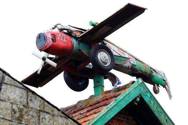 Un avion sur le toit de la ferme aux avions à Steenwerck, au bord de l'A25.