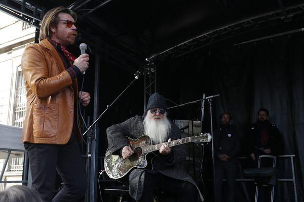Deux membres du groupe Eagles of Death Metal rendent hommage aux victimes des attentats du 13 novembre 2015, le 13 novembre 2017.