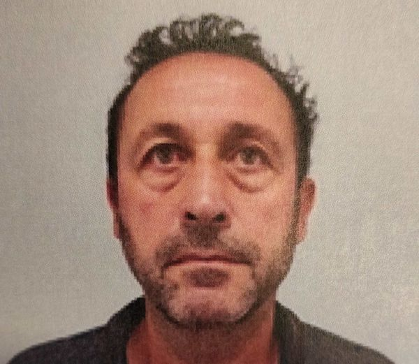 L'homme en fuite, âgé de 60 ans, est considéré comme dangereux par la gendarmerie, qui nous a communiqué sa photo pour un appel à témoins, et demande d'appeler le 17