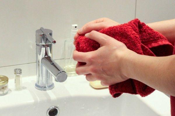 Les autorités sanitaires recommandent de se laver très régulièrement les mains, pendant 30 secondes.