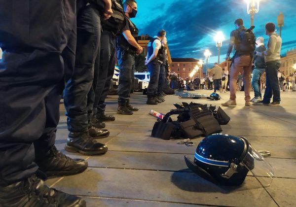 """Les policiers ont symboliquement """"déposé les armes"""" pour protester contre les déclarations du ministre de l'Intérieur."""