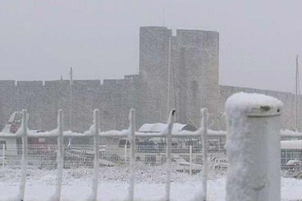 Aigues-Mortes (Gard) - il neige sur la cité de Saint-Louis - 27 novembre 2013.