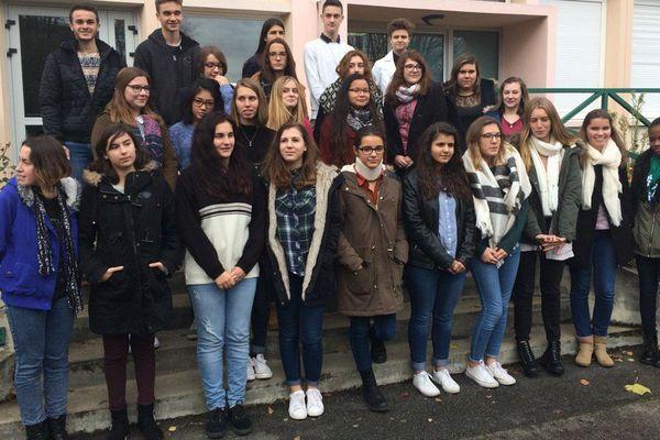 """Ces élèves de Loudun ont attribué le prix Renaudot des lycéens à """"Giboulées de soleil"""" de Lenka Hornakova-Civade (Alma Editeur)."""