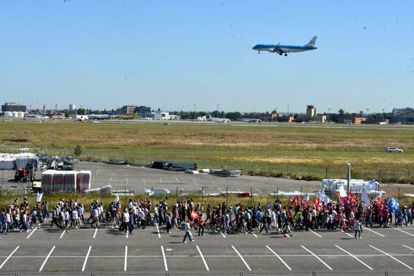 """Le 8 juillet, plus de 7000 salariés d'Airbus ont manifesté près des pistes de l'aéroport de Toulouse-Blagnac pour dire """"non"""" au plan de licenciement de leur direction."""