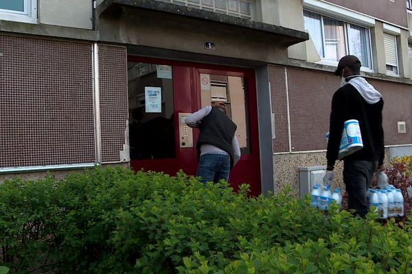 Depuis le début du confinement, les jeunes de deux associations des quartiers sensibles de Compiègne dans l'Oise livrent des courses à domicile.