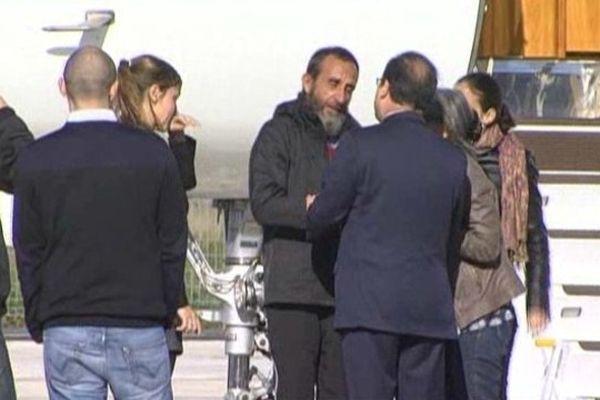 Daniel Larribe , ce matin , acceuilli à sa descente d'avion par le Président de la République