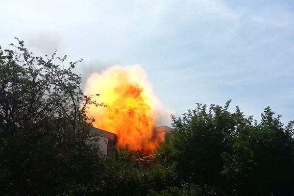 Explosion de la bouteille de gaz pendant l'incendie.