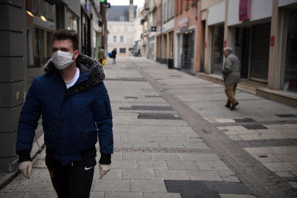 Un homme portant le masque dans les rues de Chartres.