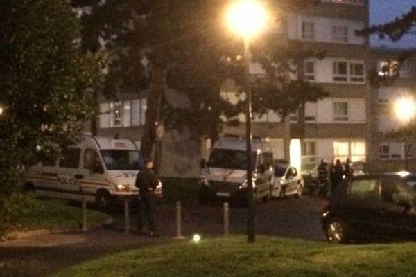 Les voitures de police cernent un immeuble du quartier de la haute-folie.