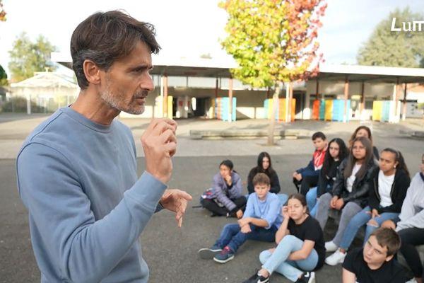 Julien Pain et les élèves du collège Jeanne d'Albret de Pau