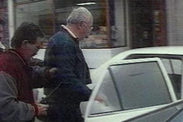 Jacques Médecin est arrêté le 25 novembre 1995 par la police uruguayenne.