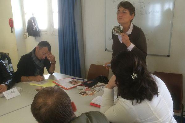 Danielle Leroy, professeur d'Anglais retraitée, bénévole au GREF, devant un groupe de demandeurs d'asile.