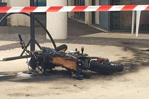 La moto brûlée après l'accident survenu jeudi 15 juin 2017 à Mont-de-Marsan.