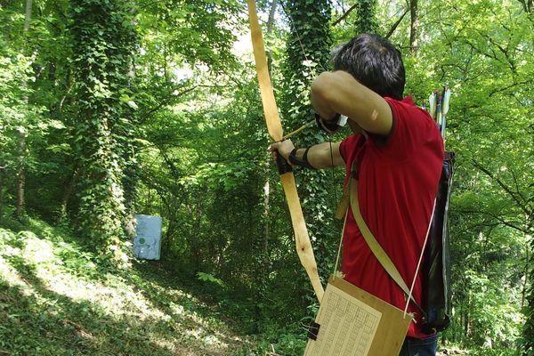 Les 4 et 5 mai, 70 passionnés se donnent rendez-vous à Crépy-en-Valois pour le championnat européen de tir aux armes préhistoriques