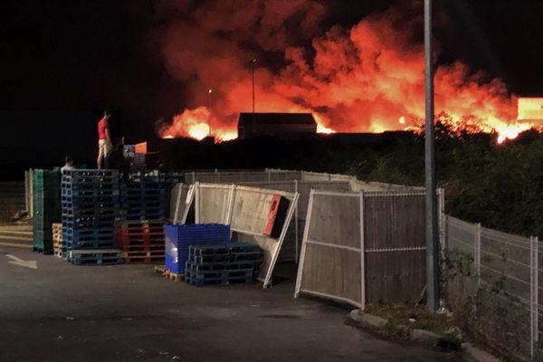 Des flammes hautes de plusieurs mètres ont ravagé les entrepôts de cette entreprise de recylcage installée à Plaisance-du-Touch, près de Toulouse.