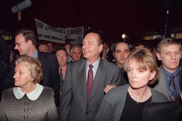 27 avril 1995. Jacques Chirac, maire de Paris est candidat à l'élection présidentielle. En campagne, Bernadette et Claude, sa fille cadette, l'accompagnent.