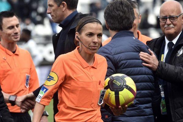 Stéphanie Frappart est la première femme à avoir arbitré un match de Ligue 1. C'était lors du match Amiens-Strasbourg (0-0), le 28 avril 2019.
