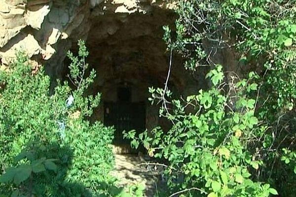 Sète (Hérault) - c'est dans une galerie sous le Mont Saint-Clair, derrière cette porte, que le corps carbonisé a été retrouvé - 17 juillet 2014.