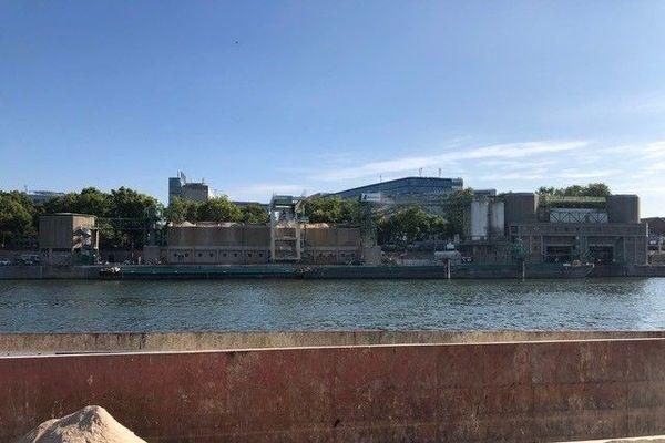La cimenteirie Lafargeholcim à Paris accusée de rejeter des eaux polluées dans la Seine.