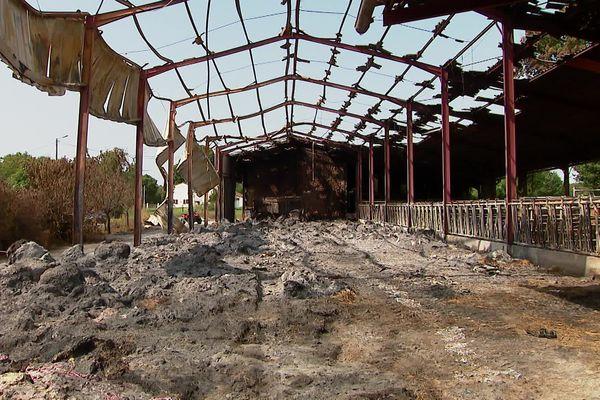 Un des bâtiments agricoles totalement détruits par le feu