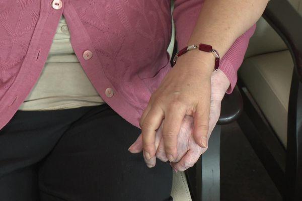 Dans cet EHPAD de Limoges, la vaccination permet un rapprochement entre les résidents, les soignants et les familles.