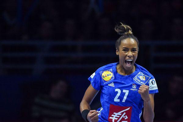 Estelle Nze Minko a remporté le championnat du monde de hand féminin en  2017 avec l'équipe de France